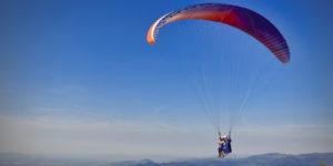 Un évéque saute en parachute!